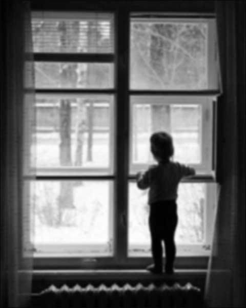Ребенок у окна. Фото с сайта gorod.tomsk.ru