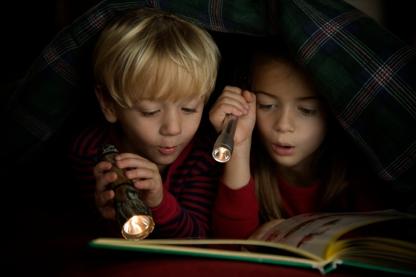 kids-reading-in-the-dark