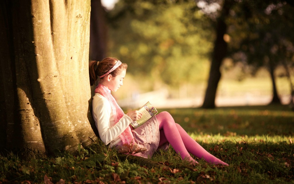 little-girl-reading-free-desktop-wallpaper-2560x1600
