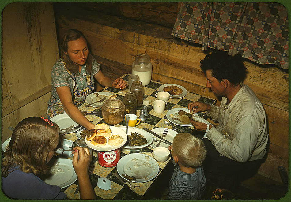The_Faro_Caudill_family_eating_dinner_in_their_dugout._Pie_Town,_New_Mexico,_October_1940