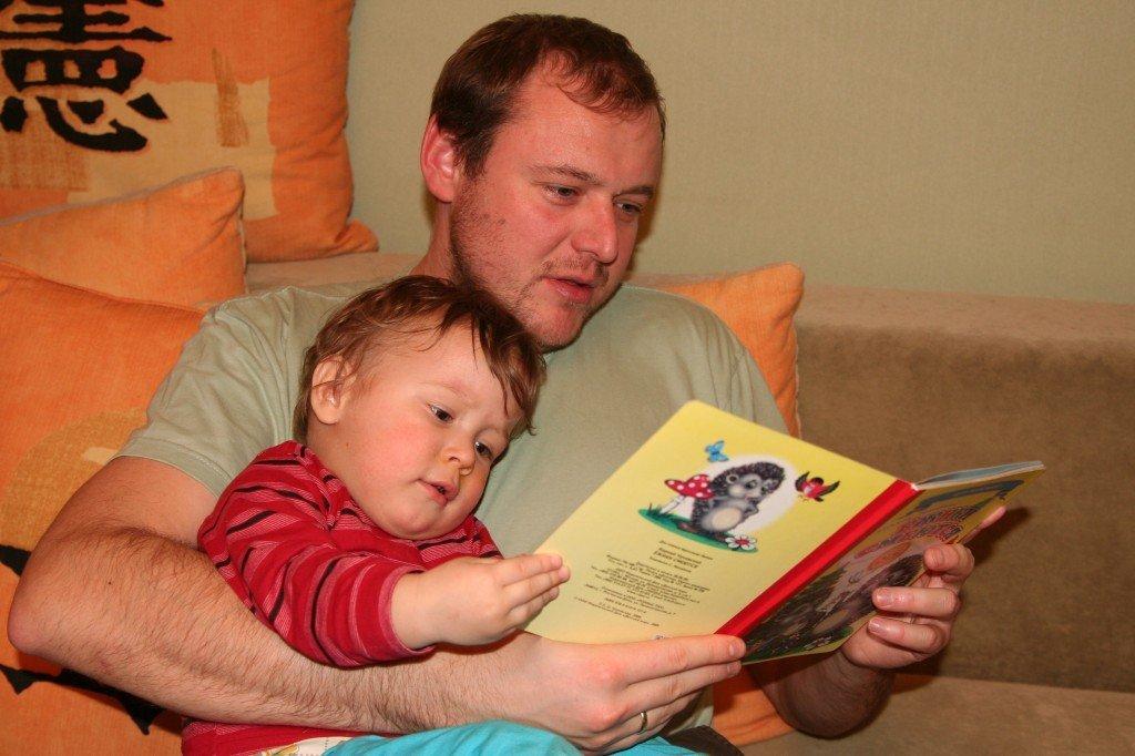 Вася очень люит слушать книжки.