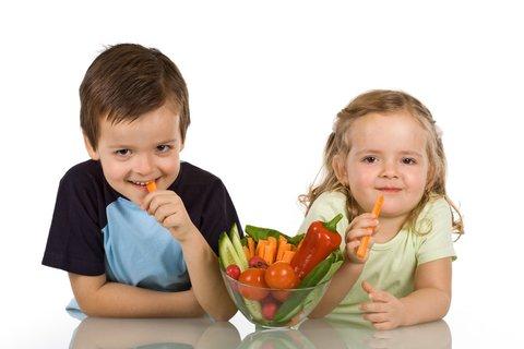 kids_eating_raw_vegetables