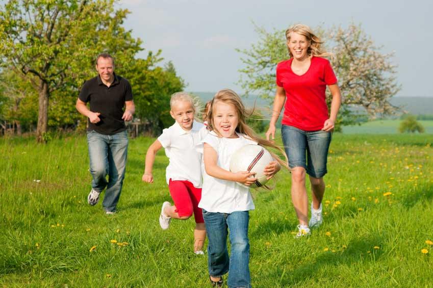 http://static5.depositphotos.com/1046535/502/i/170/depositphotos_5024345-Happy-family-playing-football.jpg