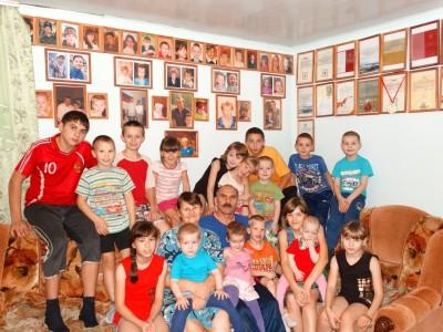 Кому за 20: как живут супермногодетные приемные семьи