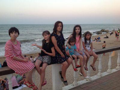 «Самарская четверка» не зовет меня мамой — девочки называют меня Лейлой»