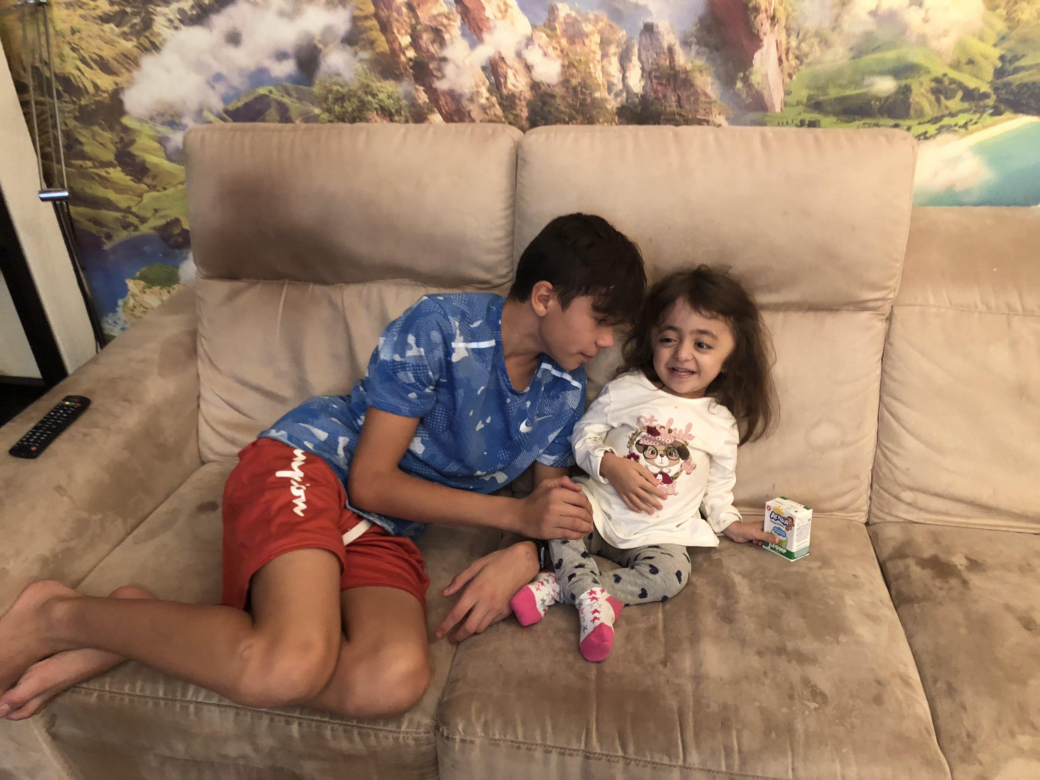 Маленькая девочка хочет член брата видео