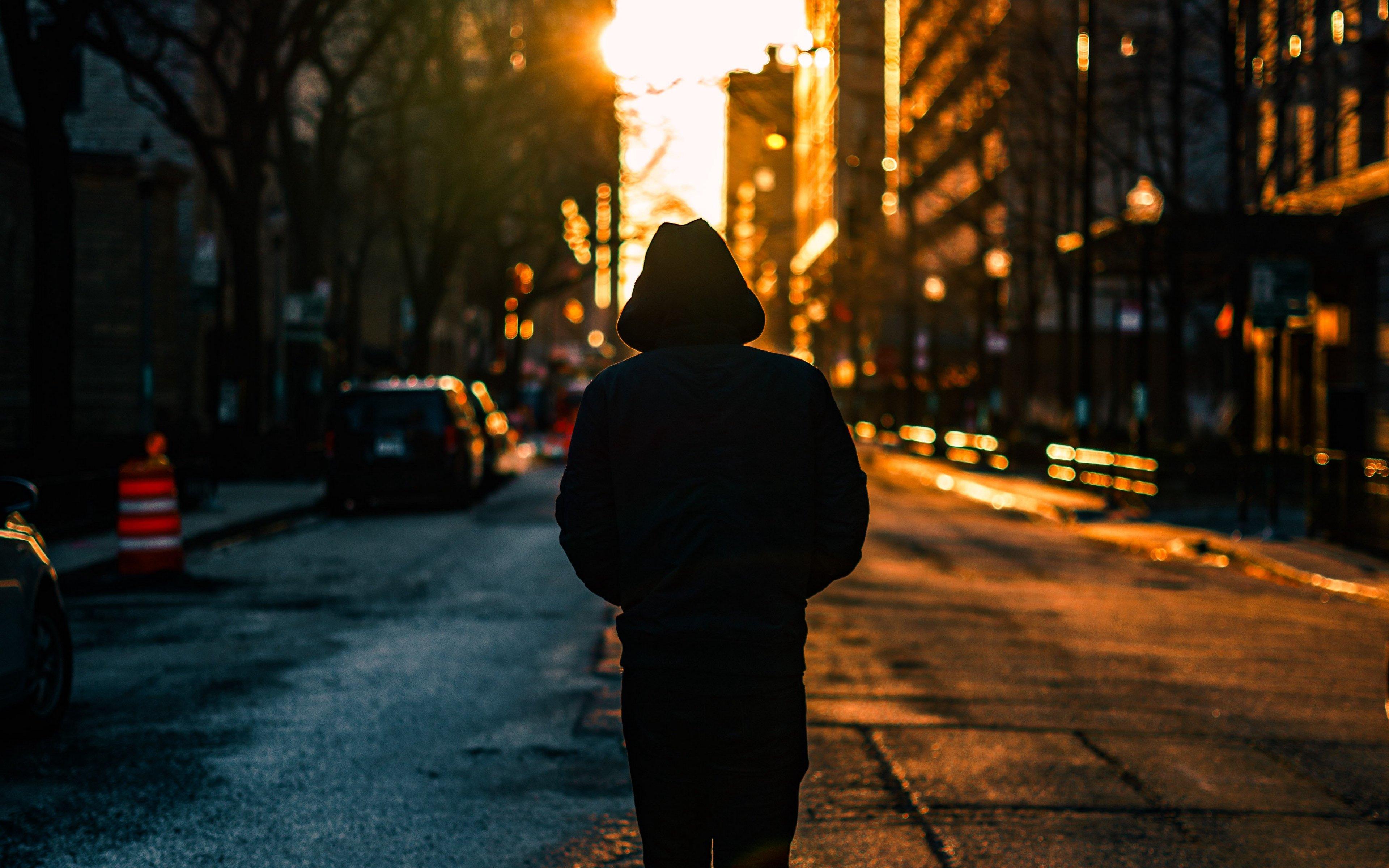 дачных картинка одинокий парень в капюшоне добежал